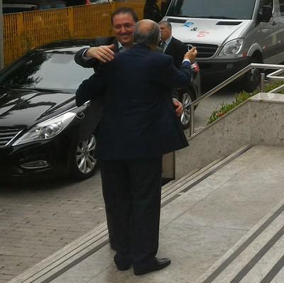 Del Nero abraça Gorka Villar na sede da CBF (Foto: Vicente Seda)