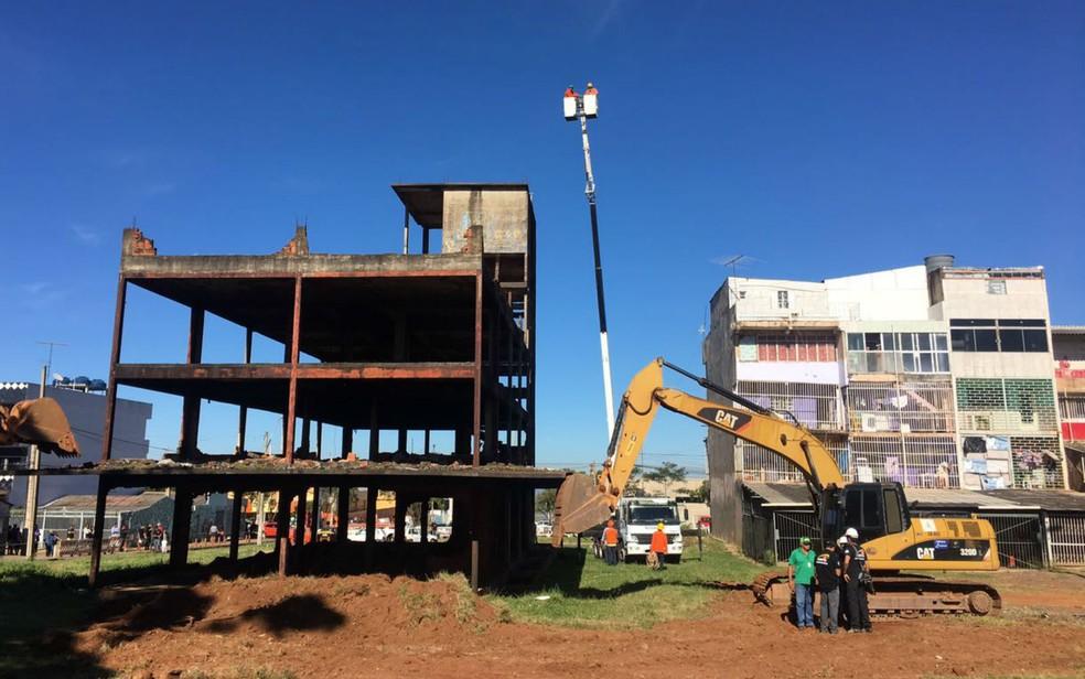 Construção conhecida como batcaverna passa por processo de demolição em Ceilândia (Foto: Geraldo Beckher/TV Globo)