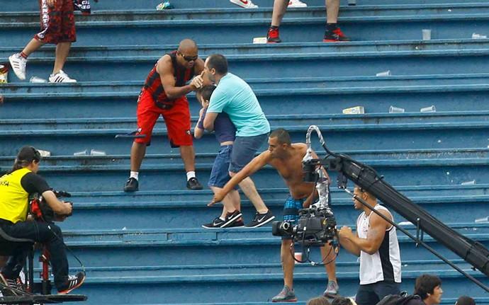Confusão briga Torcidas Atlético-PR x Vasco (Foto: Pedro Kirilos/Agência O Globo)