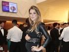 Grávida, Rafa Brites posa com a mão na barriga em evento em São Paulo