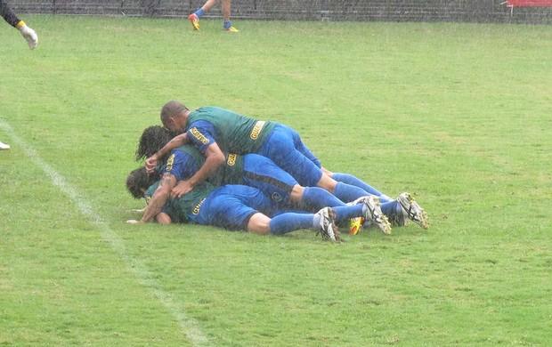 Jogadores brincadeira treino Botafogo (Foto: André Casado / Globoesporte.com)