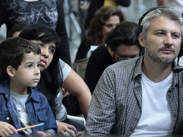Interessado, o menino observa o trabalho do diretor Fred Mayrink (Foto: Salve Jorge / TV Globo)
