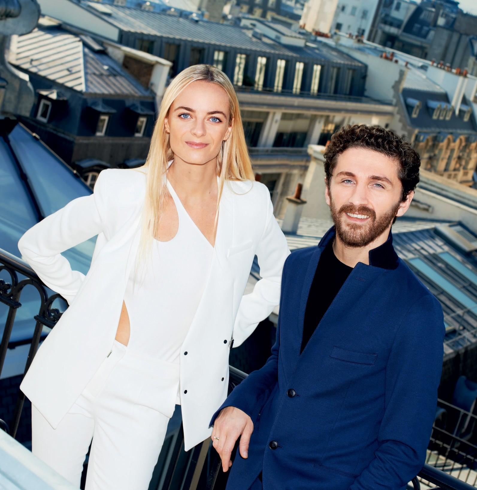 David Koma posa ao lado de Virginie Courtin-Clarins, diretora de marketing e seu copiloto na Mugler, que veste look criado pelo estilista para a maison parisiense (Foto: Imaxtree e Getty Images)
