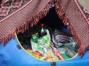 Meninas guardam comes e bebes em barraca, na espera por show do One Direction no Morumbi (Foto: Caio Kenji/G1)