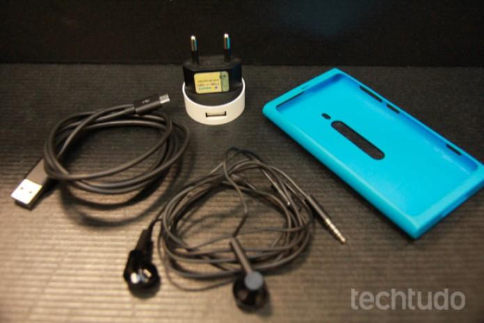 Acessórios que acompanham o Lumia 800 na caixa (Foto: Allan Melo/TechTudo)