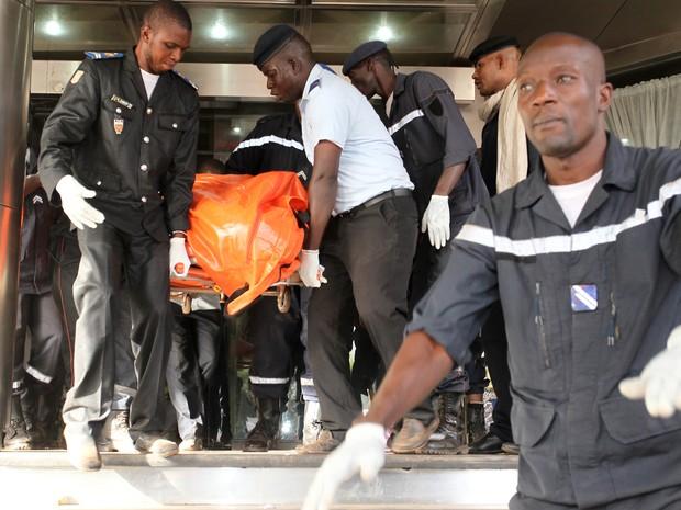 Corpos são retirados de hotel em Bamako, no Mali (Foto: Habibou Kouyate/AFP)