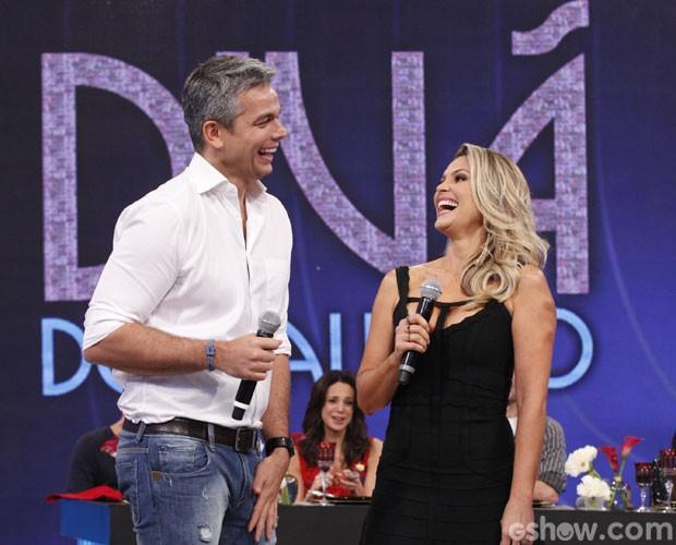 Otaviano Costa e Flávia Alessandra no palco deste Domingão (Foto: Raphael Dias/ TV Globo)