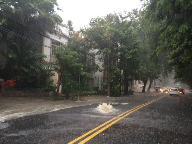 Bueiro entupido agrava enchente no Cosme Velho (Foto: Lívia Torres/ G1)