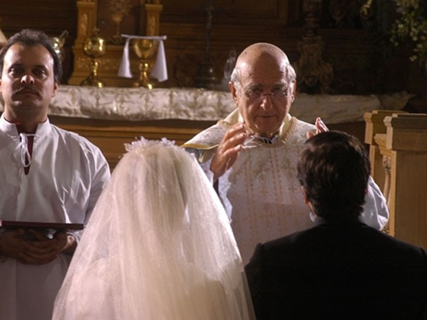 Elias Gleizer foi o padre do casamento dos personagens de Isis Valverde e Bruno Gagliasso, em Sinhá Moça (Foto: TV Globo)