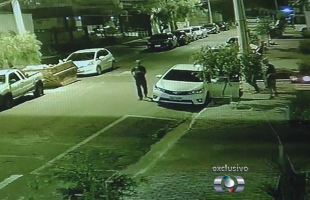 Três homens abordam carro de delegado em Goiânia, Goiás (Foto: Reprodução/ TV Anhanguera)