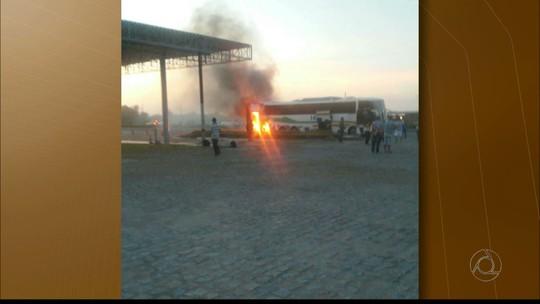 Ônibus com estudantes pega fogo na BR-230 na Paraíba