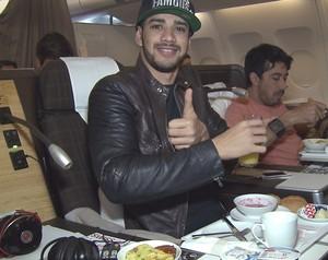 Gusttavo Lima no avião com destino a Zurique (Foto: Domingão do Faustão / TV Globo)