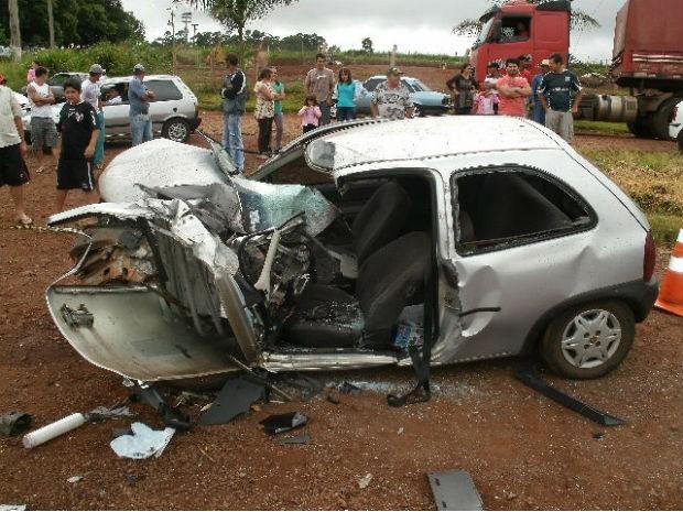 Motorista estava sozinha no carro e teve ferimentos graves (Foto: Polícia Rodoviária Federal / Divulgação)
