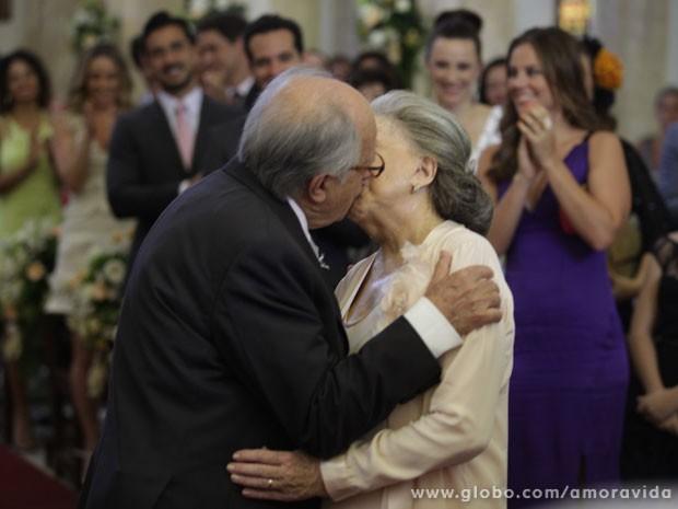 O casal sela a união com um beijo apaixonado (Foto: Pedro Curi / TV Globo)