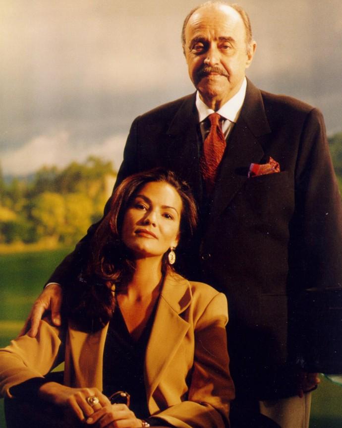 Em 'Anjo Mau', Luiza Brunet interpretava Tereza, esposa de Rui, papel de Mauro Mendonça; a novela está sendo exibida no 'Vale a Pena Ver de Novo' (Foto: Globo/ Divulgação)