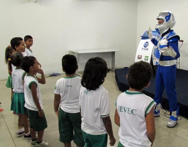 Zoomboy brinca com estudantes de José de Freitas (Foto: Katylenin França/TV Clube)