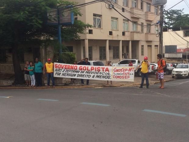 Na avenida, servidores seguravam faixas com frases contra a reforma (Foto: Bruna Barbosa/G1)