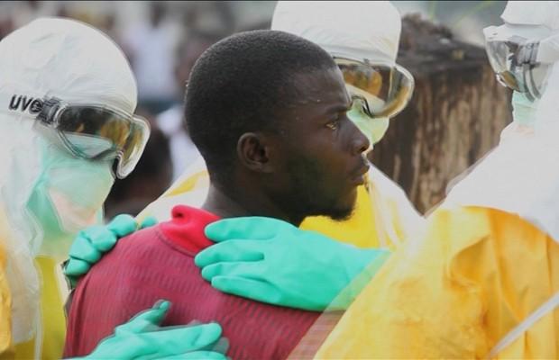 Funcionários da saúde cercam paciente que fugiu da quarentena de hospital na Libéria (Foto: Reuters)