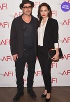 Look do dia: Angelina Jolie aposta em terninho para premiação com Pitt