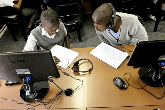 CONECTADOS PELO ENSINO: Na África do Sul, alunos acompanham videoaulas da Khan Academyjá vistas  200 milhões de vezes no mundo todo (Foto: Gareth Smit/ Divulgação)