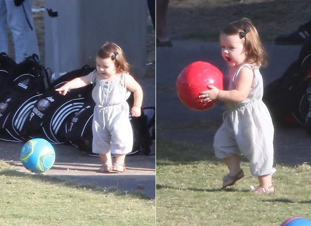 Harper Seven ensaiou seus primeiros passinhos e brincou muito com uma bola de futebol (Foto: Reprodução)