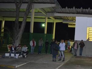 Amigos e parentes acompanham velório de rapaz em Piracicaba (Foto: Thomaz Fernandes/G1)