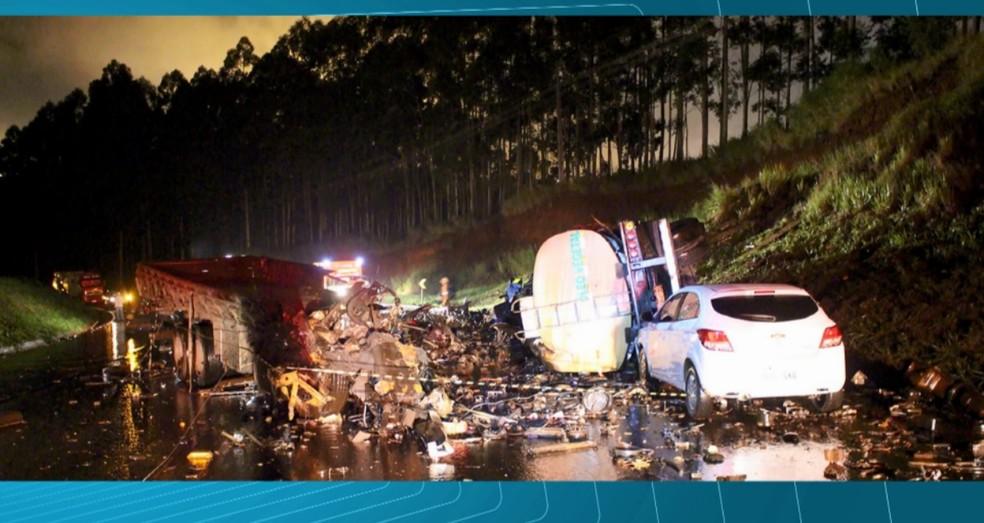 Caminhões ficaram destruídos em acidente na PR-444, em Rolândia (Foto: Reprodução RPC)