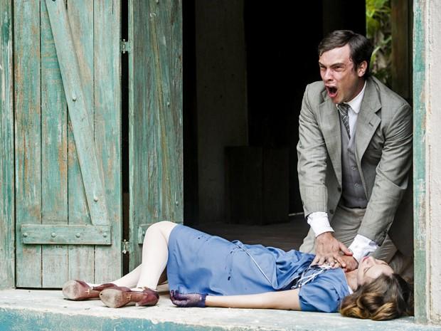 Ele se desespera com a morte da amada (Foto: Cynthia Salles/ Grupo Globo)