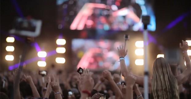 No Lollapalooza Chile, em Santiago, fãs usam paus de selfie durante os shows. O acessório será proibido no Brasil (Foto: Divulgação / Lollapalooza Chile)