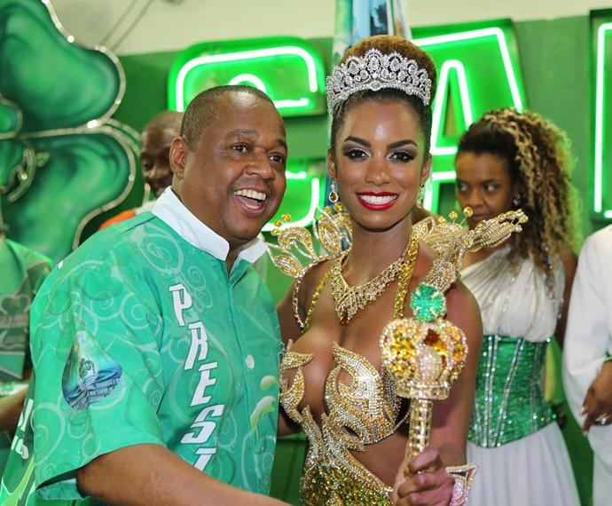 Ivi Pizzott é coroada rainha de bateria da Camisa Verde e Branco (Foto: Carol Caminha / TV Globo)