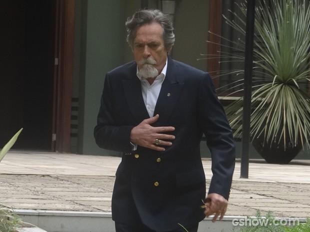 Ernest aproveita ausência de Manfred para fugir (Foto: Joia Rara/TV Globo)