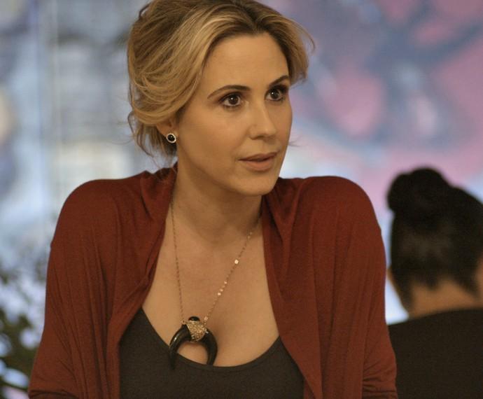 Pia exige explicações durante conversa (Foto: TV Globo)