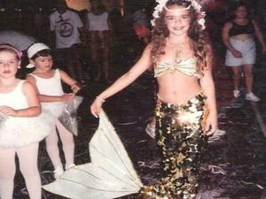 Mirella ganhou sua primeira fantasia de sereia aos 9 anos (Foto: Mirella Ferraz/ Arquivo Pessoal)