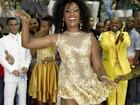 Com vestidinho curto, Erika Januza cai no samba no Rio de Janeiro