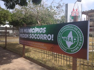 Em Macapá, prefeitura colocou faixas para alertar para crise (Foto: Abinoan Santiago/G1)