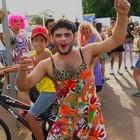 Homens se vestem de mulheres no bloco 'Zé Pereira' (Reprodução/TV Anhanguera)