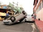 Mulher sai ilesa após colidir e capotar veículo em cruzamento, em Manaus