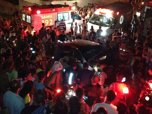 Carro sobe em calçada e atropela crianças em bairro de João Pessoa (Foto: Walter Paparazzo/G1)