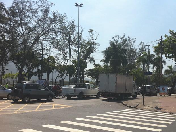 Congestionamento na Avenida Mário Ribeiro, no sentido Túnel Rebouças, às 11h (Foto: Matheus Giffoni / G1)