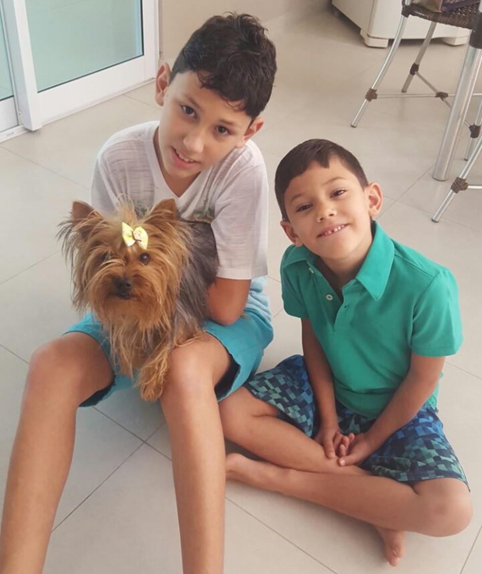 Os irmão Henrique e Eduardo ajudam a cuidar da cachorra  (Foto: Marcela Scotti/Arquivo Pessoal)