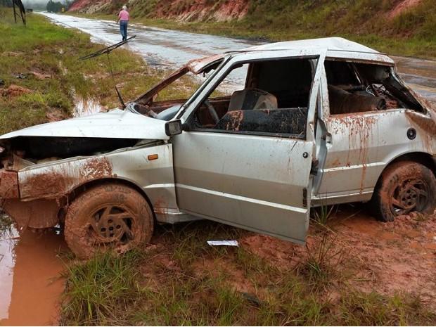 Duas pessoas ficaram feridas depois que o veículo capotou (Foto: Alessandro Onari/ Portal Way )