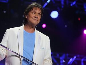 Eu sua pose tradicional, Roberto Carlos 'dança' com o microfone no palco do Maracanãzinho (Foto: Rodrigo Gorosito/G1)