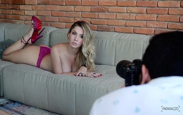 Making of - Ana Carolina Madeira posa para o Paparazzo (Foto: Roberto Teixeira / EGO)