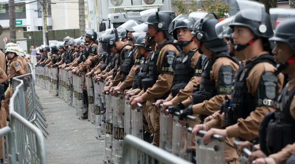 Polícia Militar cerca prédio onde fica a sede da Justiça Federal, em Curitiba (Foto: Lula Marques/AGPT)