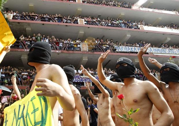 Estudantes da Universidade Politécnica das Filipinas andaram nus em protesto contra as regalias dos parlamentares (Foto: Romeo Ranoco/Reuters)