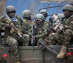 Soldados das Forças quenianas chegam à região do shopping Westgate, em Nairóbi (Foto: Ben Curtis/AP)
