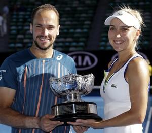Bruno Soares e Elena Vesnina são campeões de duplas mistas do Aberto da Austrália (Foto: AP)