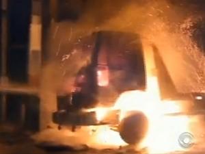 Caminhão guincho foi incendiado (Foto: Reprodução/RBSTV)