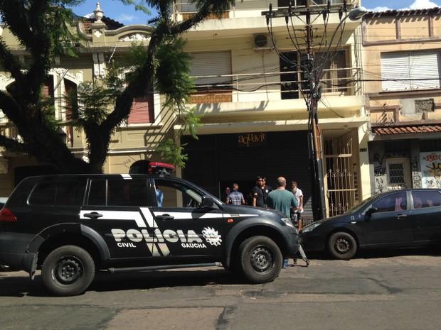 Assalto com feridos ocorreu em bar da Rua da República, em Porto Alegre (Foto: Roberta Salinet/RBS TV)