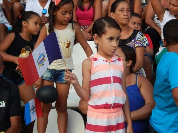 Crianças acompanham o desfile da Emancipação Política de Alagoas (Foto: Karina Dantas/G1)
